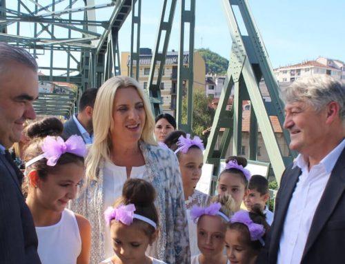 """Манифестација """"Људи и мостови"""" одржана на обновљеном мосту између два Зворника"""