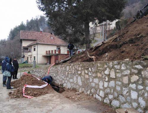 """ЈКП """"Дрина"""" и општина Мали Зворник апелују на грађане да не бацају смеће у канализацију:  Проблем зачепљења канализационог система у улици Милоша Гајића решен уз велике трошкове и неколико дана напорног рада"""
